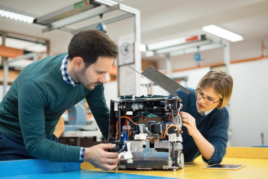 Engineering robotics class teamwork by students